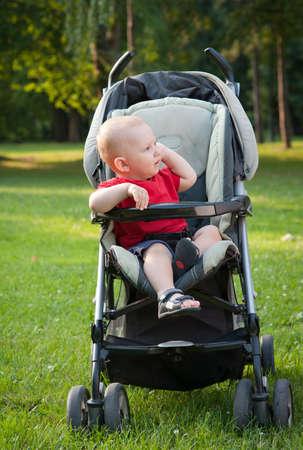 bebe sentado: beb� que se sienta en una silla de paseo Foto de archivo