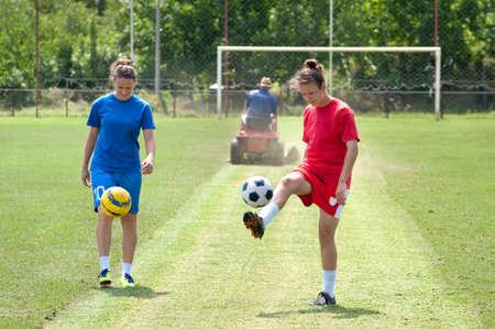 coup de pied: Deux jeunes filles jouant au soccer