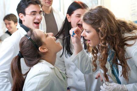 Grupo de estudiantes de medicina en laboratorio Foto de archivo - 10421636