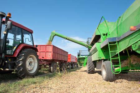 cosechadora: Verter la soja en el remolque del tractor