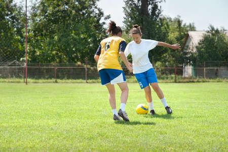 Dos niñas jugando al fútbol Editorial