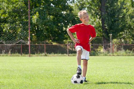 cancha de futbol: chico de f�tbol posando en el campo de f�tbol