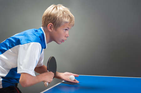 raqueta de tenis: Joven deportista jugando tenis de mesa
