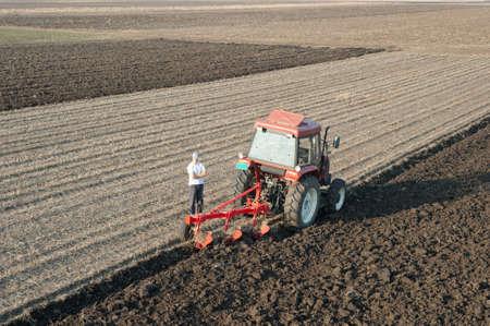 joven agricultor: los j�venes agricultores que se analizan los campos arados