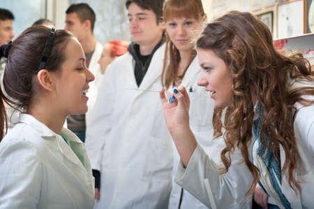 estudiantes medicina: grupo de estudiantes de medicina en el laboratorio Foto de archivo