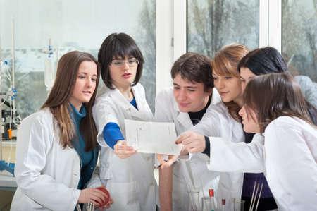 estudiantes medicina: Grupo de estudiantes de medicina en laboratorio