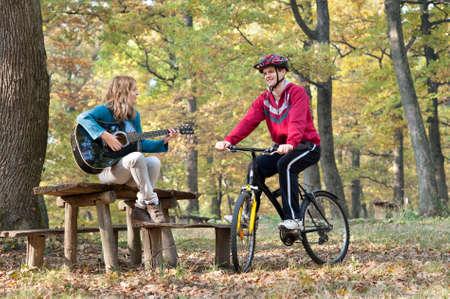 pareja de adolescentes: Dos jóvenes de socializar en el parque