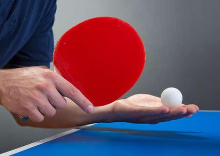 tischtennis: Tischtennisspieler dienen