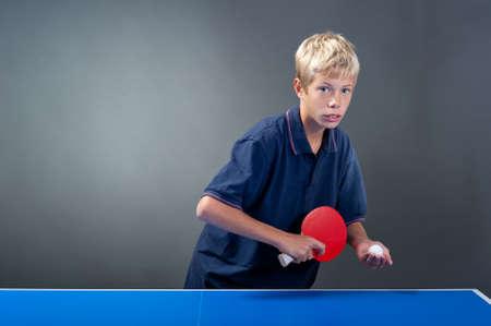 pingpong: Joven deportista, jugar tenis de mesa Foto de archivo