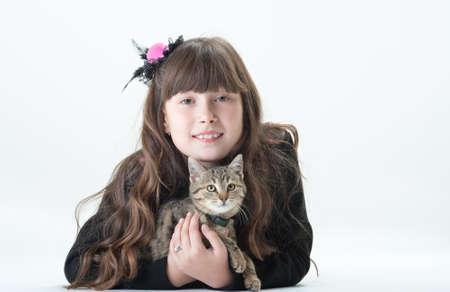 animalitos tiernos: las niñas con el pelo largo jugando con el gato Foto de archivo