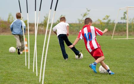 soccerfield: jongens spelen met een bal op het voetbalveld Stockfoto