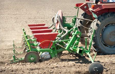siembra: tractor y la sembradora de siembra cultivos en un campo Foto de archivo
