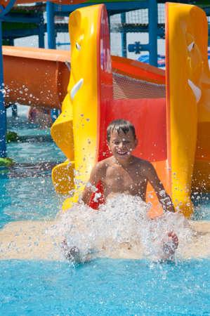 tobogan agua: Ni�o en diapositiva de agua en aquapark
