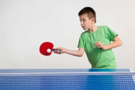 raqueta tenis: Ni�o peque�o que juega al ping-pong Foto de archivo