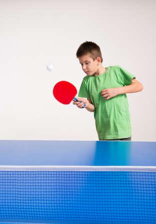 pingpong: Niño pequeño que juega al ping-pong Foto de archivo