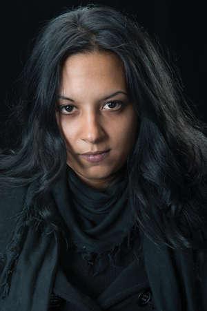 gitana: Retrato mujer gitana serio sobre fondo negro
