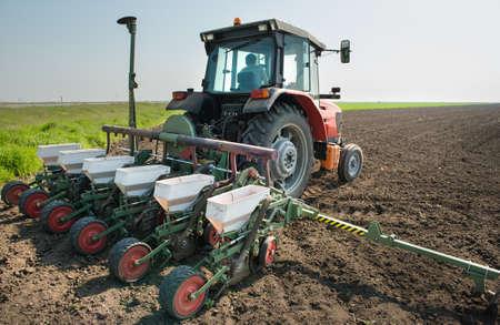 siembra: tractor y los cultivos de plantación seeder en un campo