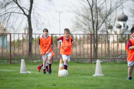clumsy: I bambini giocano sul campo di calcio