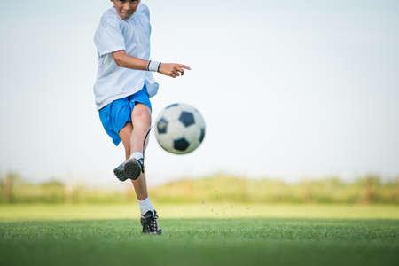 目標を撮影小さな男の子