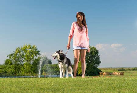 adolescencia: ni?a y su fiel perro esquimal Foto de archivo