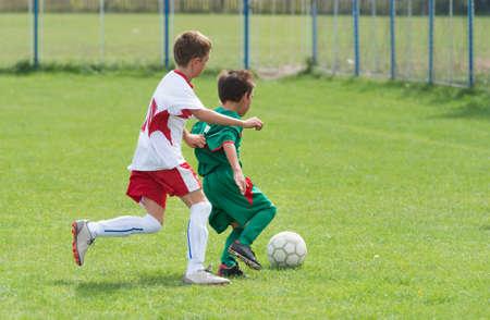 jugando futbol: dos niños pequeños jugando al fútbol Foto de archivo