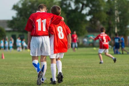 jugando futbol: Los jugadores jóvenes de fútbol en un equipo
