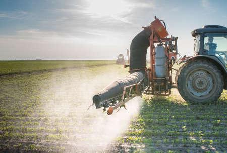 trekker sproeien pesticiden op sojabonen