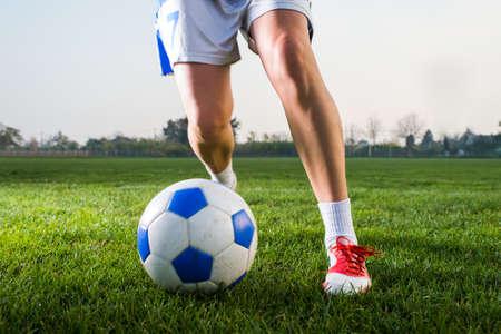 Ragazza a calci pallone da calcio sul campo Archivio Fotografico - 33442465