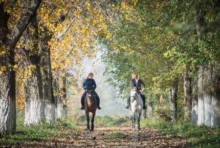 femme et cheval: Les filles sur une promenade � cheval.