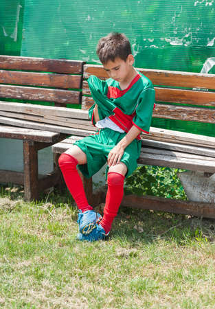Garçon fatigué après les matches de football