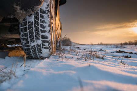 huellas de neumaticos: Los neumáticos del coche en la carretera de invierno