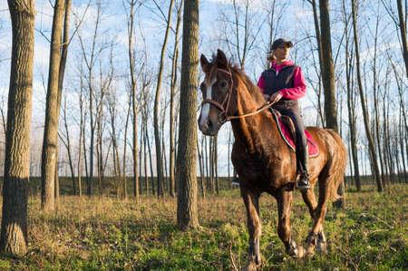 femme a cheval: Fille � cheval sur la for�t d'automne