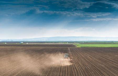 siembra: la siembra de cultivos en el campo con la máquina de siembra Foto de archivo