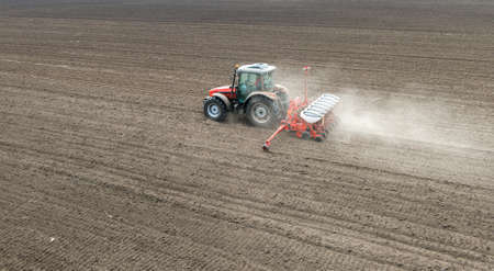 siembra: la siembra de cultivos en el campo con la m�quina de siembra Foto de archivo