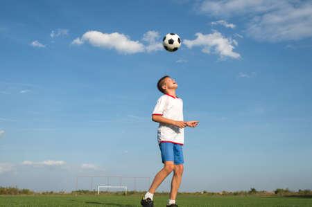 Jugador de fútbol Jefe disparar a una bola