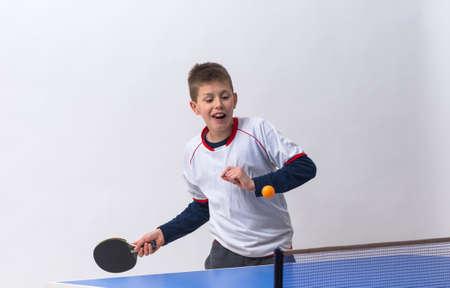 Niño pequeño jugar tenis de mesa Foto de archivo - 36909090