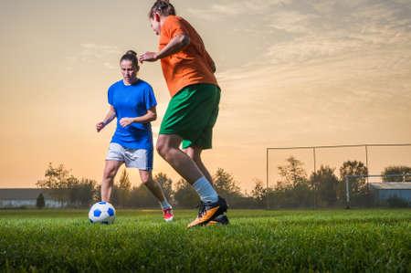 フィールド上の 2 つの女子サッカー選手