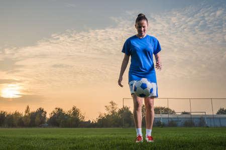 若い女性キック サッカー ボール