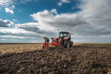arando: Red Tractor Arando en el oto�o