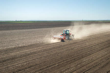 sowing: Sowing soy in the spring