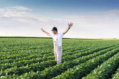 콩 필드에 젊은 농부