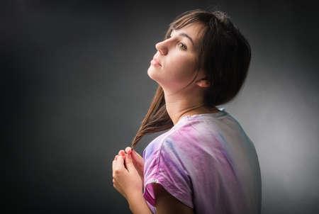 melancholijny: Portret melancholijny dziewczyna odizolowane na czarno