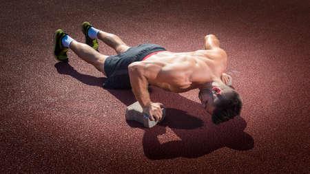 fitness: Modelo masculino de la aptitud que presenta Foto de archivo