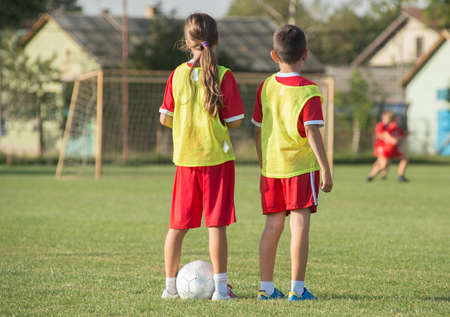 adentro y afuera: Niños de fútbol a la espera de una salida