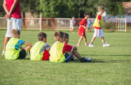campo di calcio: I bambini di calcio in attesa in una fuori Archivio Fotografico