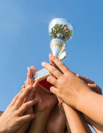 trofeo: ganar la copa de fútbol de los cabritos Foto de archivo