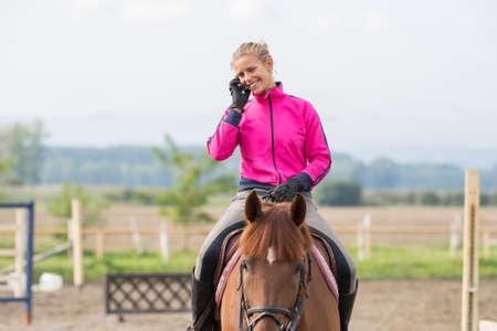 Junges Mädchen auf einem Pferd Standard-Bild