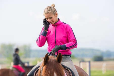 femme et cheval: Jeune fille sur un cheval