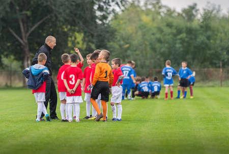 uniforme de futbol: Discusión del equipo niño del fútbol antes del partido