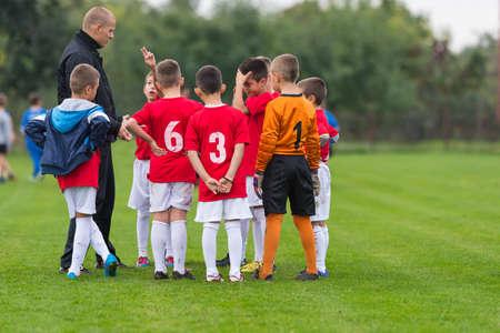 Discussion de l'équipe de soccer enfant avant le match Banque d'images - 46897351